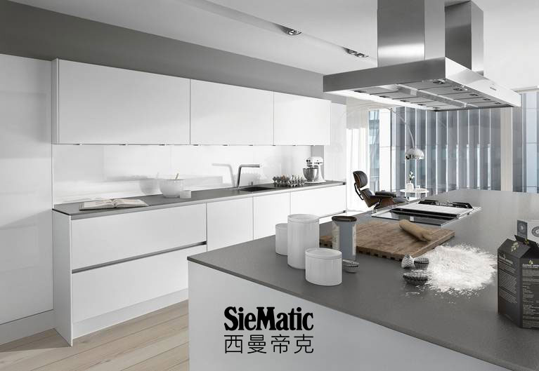 SieMatic S2 in lotus white from the Pure style collection with StoneDesign countertop appearing 1 cm thick and glass backsplash