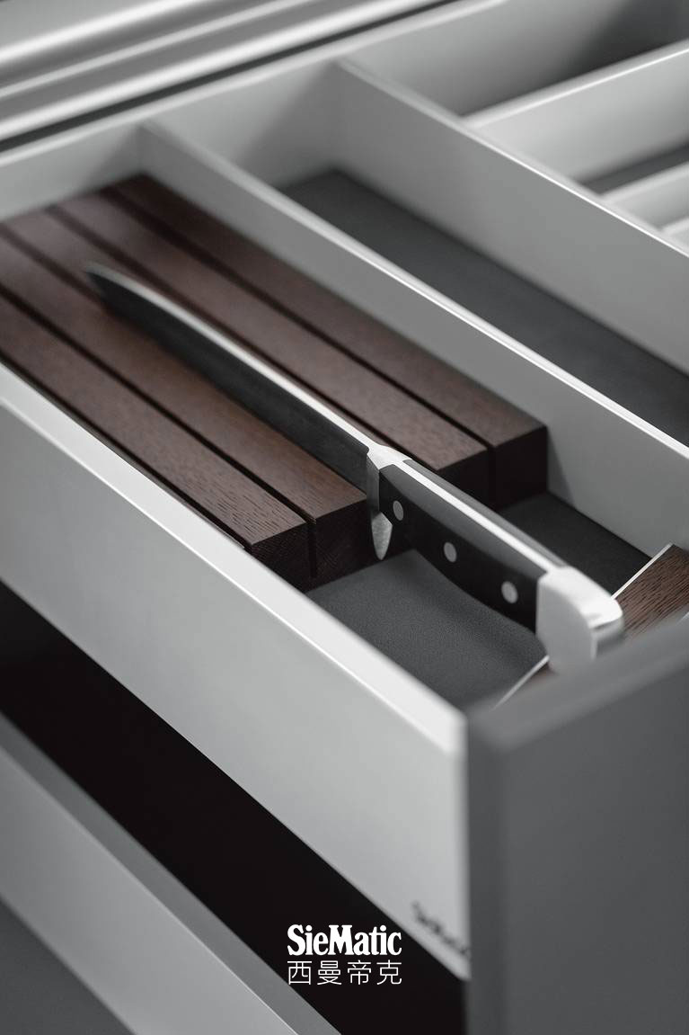 The knife block from the SieMatic Aluminum Interior Accessories System for the kitchen elegantly protects high-grade knives.