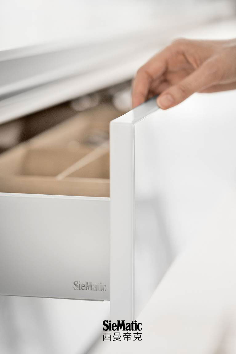 Beautiful colors and materials available in matte or glossy designs with the SieMatic ColorSystem
